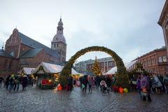 La Navidad de la visita de la gente justa en ciudad vieja en la tarde Fotografía de archivo