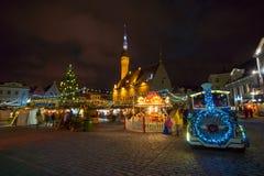 La Navidad de la visita de la gente justa en ciudad vieja en la tarde Imagenes de archivo