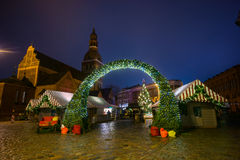 La Navidad de la visita de la gente justa en ciudad vieja en la tarde Fotos de archivo