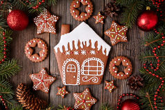 La Navidad de las galletas de la casa de pan de jengibre y de las estrellas Fotos de archivo