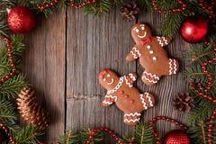La Navidad de las galletas de los pares del hombre de pan de jengibre y de la mujer Fotos de archivo libres de regalías