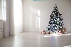 La Navidad de los regalos del árbol de navidad de las decoraciones de la Navidad Fotografía de archivo libre de regalías