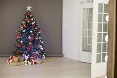 La Navidad de los regalos del árbol de navidad de las decoraciones de la Navidad Imagen de archivo libre de regalías