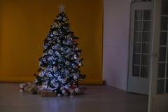 La Navidad de los regalos del árbol de navidad de las decoraciones de la Navidad Imágenes de archivo libres de regalías