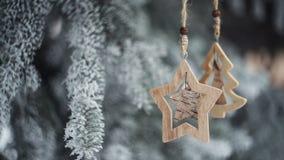La Navidad de madera juega en abeto nevado en parque del invierno almacen de metraje de vídeo