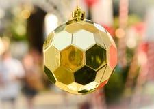 La Navidad de oro de la bola Imagen de archivo libre de regalías