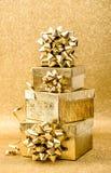 La Navidad de oro de la decoración de los días de fiesta del fondo de la cinta de la caja de regalo Imagen de archivo libre de regalías