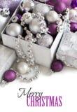 La Navidad de plata y púrpura adorna la frontera Imagen de archivo