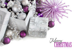 La Navidad de plata y púrpura adorna la frontera Fotos de archivo libres de regalías
