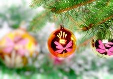 La Navidad, decoración-bolas del Año Nuevo, malla verde Fotos de archivo