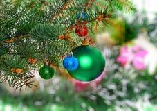 La Navidad, decoración-bolas del Año Nuevo, malla verde Foto de archivo libre de regalías
