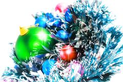 La Navidad, decoración-bolas del Año Nuevo, malla verde Imagen de archivo libre de regalías