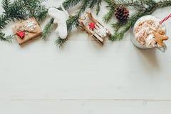 La Navidad Decoración de la Navidad con las ramas del abeto y bebida caliente del invierno en la tabla blanca de madera Foto de archivo