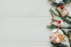 La Navidad Decoración de la Navidad con las ramas del abeto y bebida caliente del invierno en la tabla blanca de madera Fotos de archivo libres de regalías