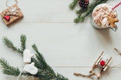 La Navidad Decoración de la Navidad con las ramas del abeto y bebida caliente del invierno en la tabla blanca de madera Fotografía de archivo