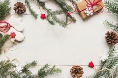 La Navidad Decoración de la Navidad con las ramas y el regalo del abeto en la tabla blanca de madera Fotos de archivo libres de regalías