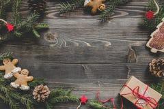 La Navidad Decoración de la Navidad con las ramas y el regalo del abeto en la tabla de madera Fotos de archivo