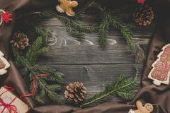 La Navidad Decoración de la Navidad con las ramas y el regalo del abeto en la tabla de madera Imagenes de archivo