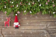 La Navidad Decoración de la Navidad con Papá Noel en el fondo de madera blanco Fotos de archivo libres de regalías