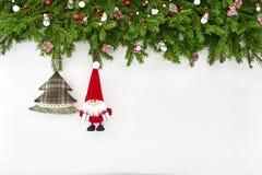 La Navidad Decoración de la Navidad con Papá Noel en el fondo de madera blanco Copie el espacio Fotografía de archivo