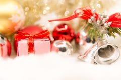 La Navidad decorativa con la caja y el copo de nieve de regalo Texto de la Feliz Navidad y de la Feliz Año Nuevo 2018 en fondo li Fotos de archivo
