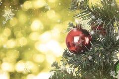 La Navidad decorativa con el copo de nieve en el árbol de navidad Fotos de archivo