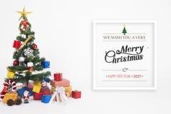 La Navidad decorativa con la caja y el copo de nieve de regalo en la Navidad Foto de archivo libre de regalías
