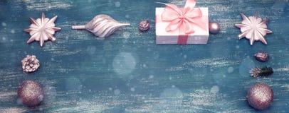 La Navidad decorativa del marco de la Navidad de la bandera juega la nuez de los conos en un fondo azul del vintage Imagen de archivo