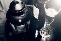 La Navidad del Año Nuevo Champán en vidrios y en una botella, una linterna de la Navidad con una vela ardiente en la tabla festiv Fotografía de archivo libre de regalías