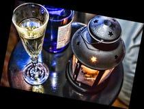 La Navidad del Año Nuevo Champán en vidrios y en una botella, una linterna de la Navidad con una vela ardiente en la tabla festiv Fotos de archivo libres de regalías