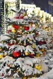 La Navidad del Año Nuevo de la nieve del árbol juega el invierno de Moscú Imagenes de archivo