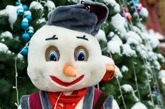 La Navidad del Año Nuevo de la nieve del árbol juega el invierno santa de Moscú Foto de archivo