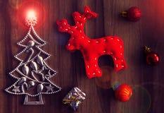 La Navidad del Año Nuevo Decoraciones del árbol de navidad en una tabla de madera Fotos de archivo libres de regalías