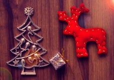 La Navidad del Año Nuevo Decoraciones del árbol de navidad en una tabla de madera Imagen de archivo libre de regalías