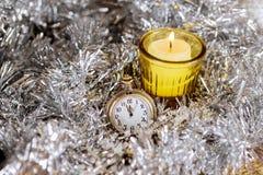 La Navidad del Año Nuevo del reloj de la vela del fondo de la Nochebuena Fotografía de archivo libre de regalías