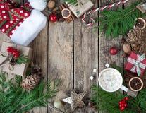 La Navidad del diseño de la Navidad Composición de la Navidad en fondo de madera del vintage, con las bebidas calientes, el cacao Foto de archivo
