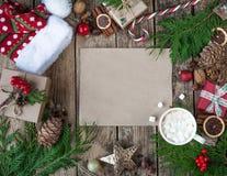La Navidad del diseño de la Navidad Composición de la Navidad en fondo de madera del vintage, con las bebidas calientes, el cacao Fotografía de archivo libre de regalías