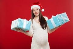 La Navidad del embarazo en un fondo rojo Fotos de archivo