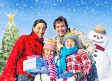 La Navidad del gasto de la familia en la nieve imagen de archivo