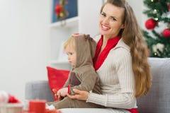La Navidad del gasto de la madre y del bebé mide el tiempo junta Imagen de archivo