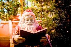 La Navidad del padre de Papá Noel lee un cuento de hadas Imagenes de archivo