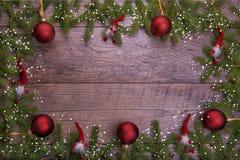 La Navidad del vintage o composición del Año Nuevo con el árbol de navidad, las velas de madera y los gnomos Estilo rústico Fotos de archivo libres de regalías