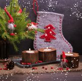 La Navidad del vintage o composición del Año Nuevo con el árbol de navidad, las velas de madera y los gnomos Estilo rústico Imagenes de archivo