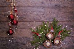 La Navidad del vintage o composición del Año Nuevo con el árbol de navidad, las velas de madera y los gnomos Estilo rústico Imagen de archivo libre de regalías