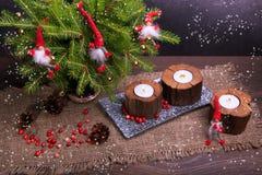 La Navidad del vintage o composición del Año Nuevo con el árbol de navidad, las velas de madera y los gnomos Estilo rústico Fotos de archivo