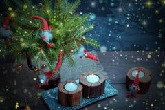 La Navidad del vintage o composición del Año Nuevo con el árbol de navidad, las velas de madera y los gnomos Estilo rústico Imagen de archivo