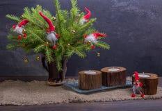 La Navidad del vintage o composición del Año Nuevo con el árbol de navidad, las velas de madera y los gnomos Estilo rústico Imágenes de archivo libres de regalías