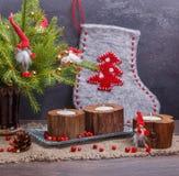 La Navidad del vintage o composición del Año Nuevo con el árbol de navidad, las velas de madera y los gnomos Estilo rústico Foto de archivo
