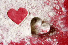 La Navidad: Dos corazones en fondo rojo y blanco Fotografía de archivo
