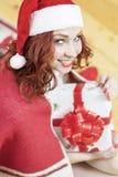 La Navidad e ideas y conceptos del Año Nuevo Rojo caucásico sonriente Imágenes de archivo libres de regalías